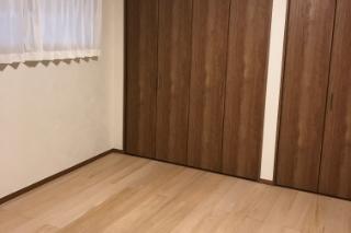 洋室とトイレのリフォーム施工後の写真
