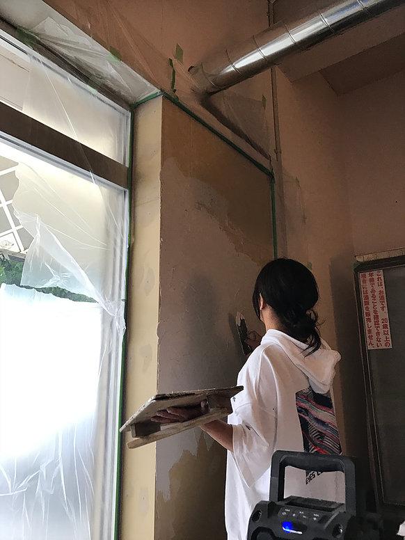 壁を塗っている写真
