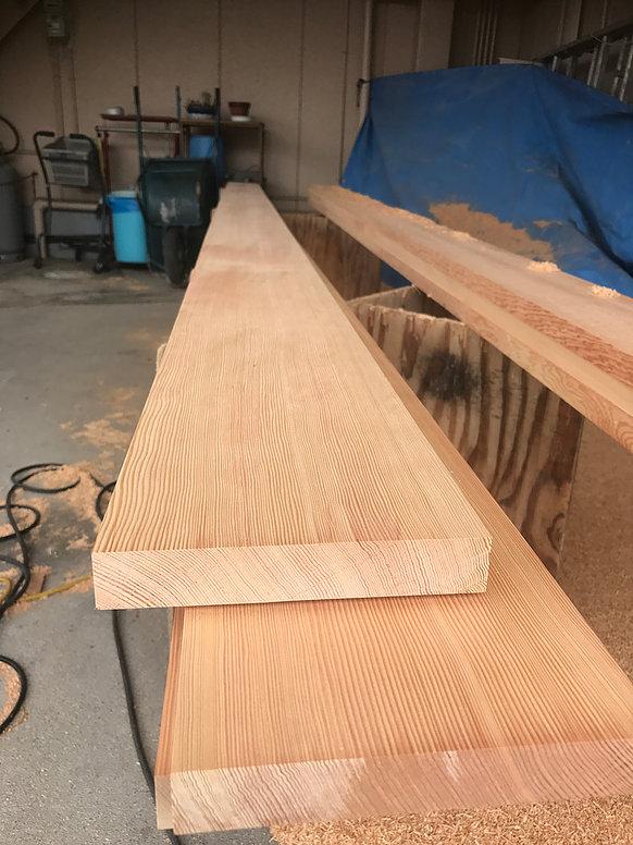 マツの無節の木材の写真